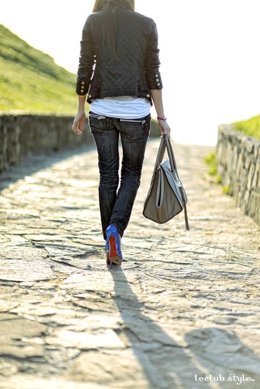 Titulo Visitando el Mar     - Bolso de Celine  - Pantalon Rock-star  - Camiseta Dolce Gabbana  - Chaqueta Zara  - Pulsera Hermes  - Funda iPhone Louis Vuitton  - Zapatos Christian Louboutin