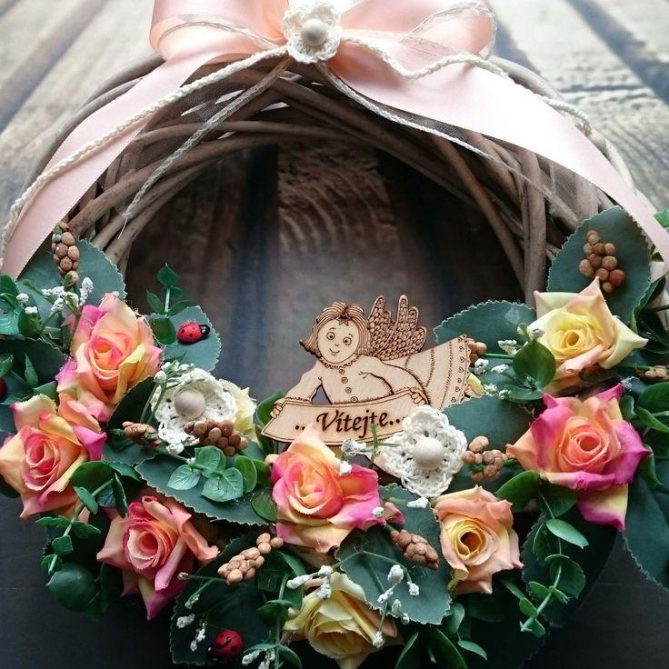 Vítejte+s+Andělkou+Věneček+s+látkovými+květinami+a+Andělkou,+průměr+25+cm.