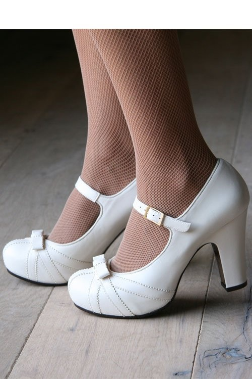 I need some white shoes. I think. Please...? (I like their medium sized heels on this website. If only if only i could afford them....)