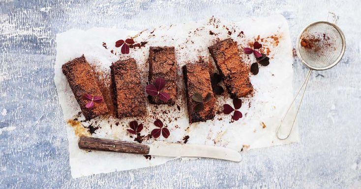 Her får du opskriften på en megalækker brownie som blandt andet er lavet med søde kartofler, dadler og mandler. En semisund brownie der mætter dine sanser.