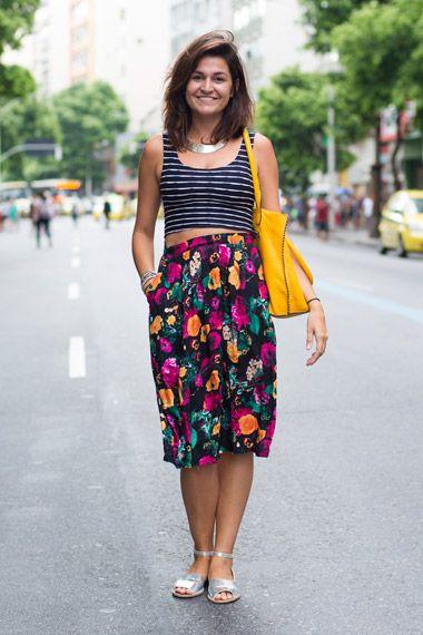 Muita cor! Saias estampadas roubam a cena na moda de rua carioca