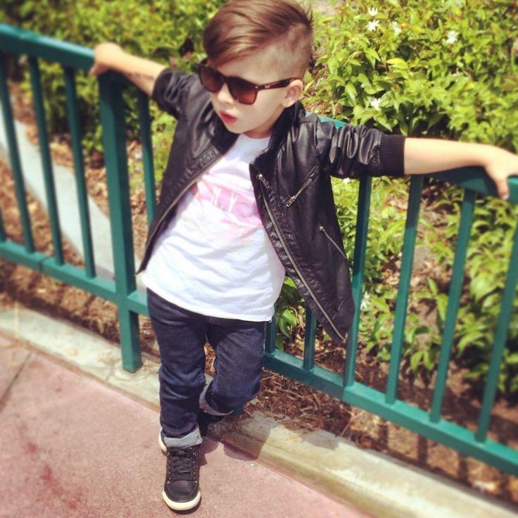 Garotinho aprende desde cedo que dá para ter estilo sem gastar muito