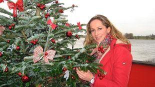 Tamina Kallert neben einem geschmückten Weihnachtsbaum | Bildquelle: WDR/Monika Winhuisen