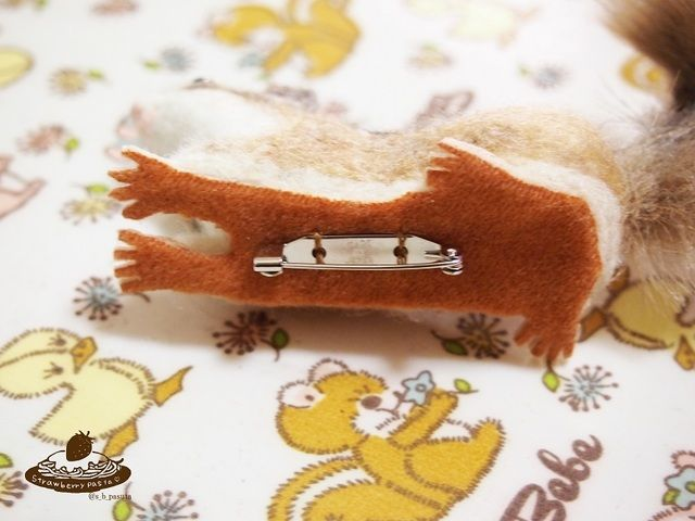 小さいシマリスのブローチ