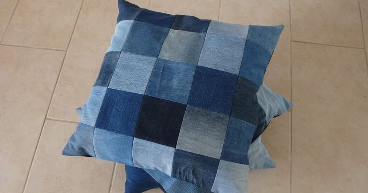 Van vierkante lapjes spijkerstof heb ik een paar kussenhoezen gemaakt. Compleet met rits aan de achterkant, zodatde hoes ook uitwasbaar ...