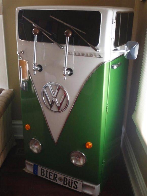 Feito a partir de um antigo modelo restaurado da General Electric, foi feito com peças originais de carros, como maçanetas, espelhos retrovisores, faróis, limpadores de pára-brisa, etc, para deixar a geladeira com o jeitão de uma velha Kombi. Aquelas duas hastes na porta são bicos para tirar o chopp geladinho.