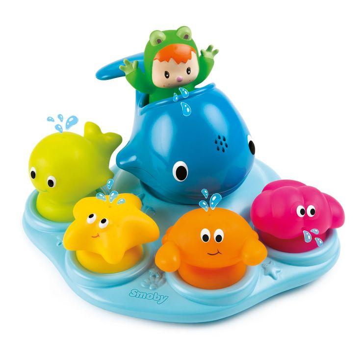 Smoby Cotoons Badeiland.Badderen wordt een feest met dit vrolijke badeiland van Smoby Cotoons. Duw de verschillende bootjes door het bad, sorteer ze op het drijvende eiland of bevestig ze aan de zuignap aan rand van het bad. Stop het water in de dolfijn en laat het er door zijn neus weer uit sproeien. Spelen met dit eiland voor in bad helpt bij het ontwikkelen van vormherkenning. Afmeting: verpakking 30 x 27 x 6,5 cm, badeiland 24 x 21 x 15 cm - Smoby Cotoons Badeiland