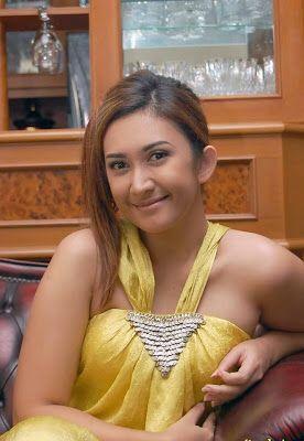 Image from http://3.bp.blogspot.com/_rtepbwBdf5k/TEDzdxE5r4I/AAAAAAAAAI4/y2Mt1PAI12c/s400/Nafa%20Urbach10.jpg.
