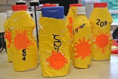 * Zonnebrandcrème!  Fles beplakken met geel papier en er een zon opplakken en zon schrijven.