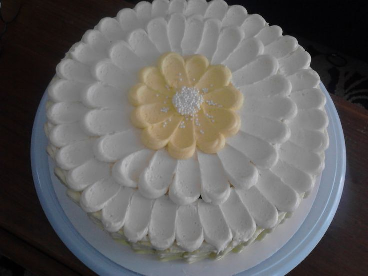 Beautiful and easy cake decorating! Create a flower with the frosting.