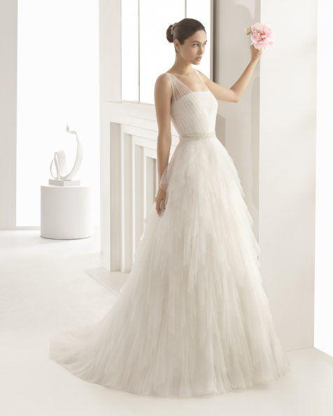 Vestido de novia de tul suave con falda de pañuelos, corte a cintura y detalle de pedrería en tirantes y cintura, en color natural y blanco.