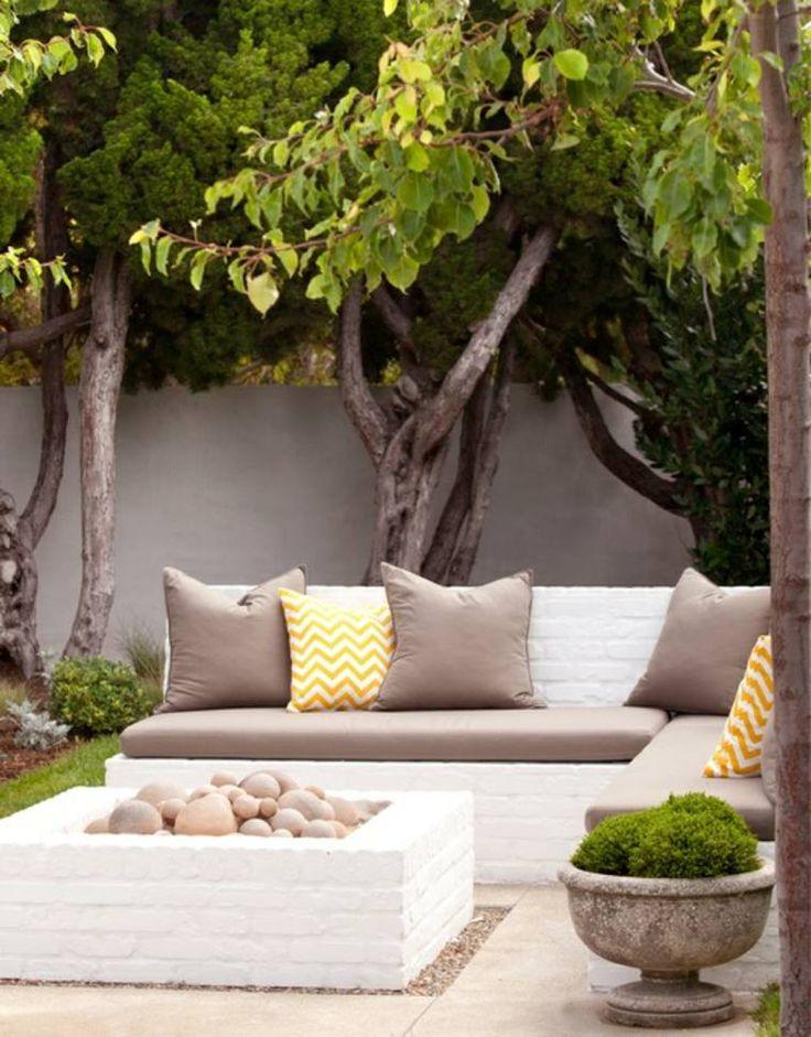 terrasses et jardins avec salon et canapé en briques par Mollywood Garden Design