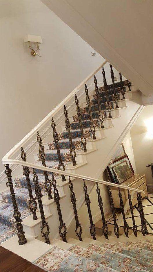 Белая лестница из акрилового камня. Белые перила лестницы из акрилового камня. Дизайн дома. Уютный дом. Акриловый камень. Дизайн интерьера. Москва