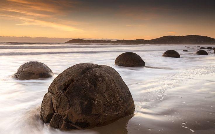 Le sfere di Moeraki Fotografia di Martin Bagg  I massi di Moeraki sono un gruppo di sfere rocciose che punteggiano la battigia della spiaggia di Koekohe, vicino al piccolo insediamento di Moreaki, sulla costa della regione meridionale di Otago in Nuova Zelanda.