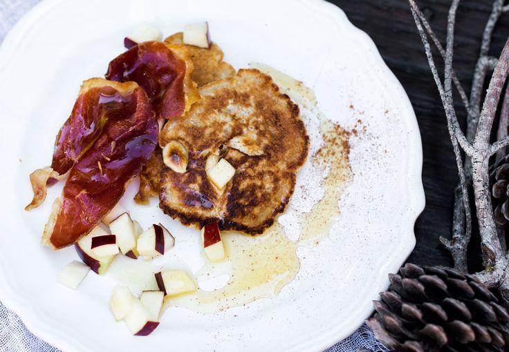 Lækre små pandekager med mandler og kanel. Mere julet bliver det ikke. Pandekagerne serveres med sprødstegt skinke, friske æbletern og sød flydende honning.