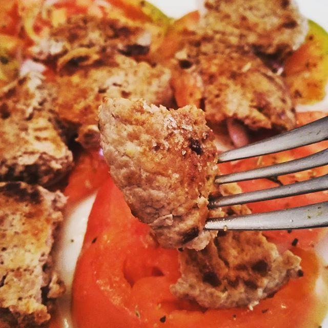 Bocconcini di carne pollo-tacchino su un letto di pomodori di Sorrento tagliati a fette grandi e condite con sale, olio extra vergine di oliva, origano e cipolle rosse.    Vai con l'assaggio! 🍴🍖  .  .  .  #carne #pollo #carnedipollo #tacchino #carneditacchino #bocconcini #solounassaggio #pomodoridisorrento #pomodori #cipollerosse #foodporn #napolifoodporn #foodpics #instagood #fork #assaggio #pranzo #cucinare #saporeunico #gusto #yumme