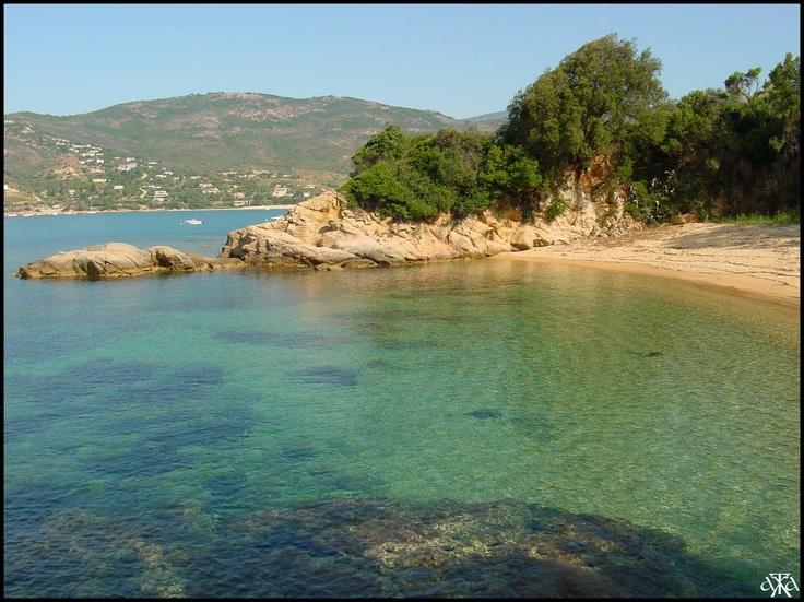 Sagone, une petite plage à l'entrée du village.
