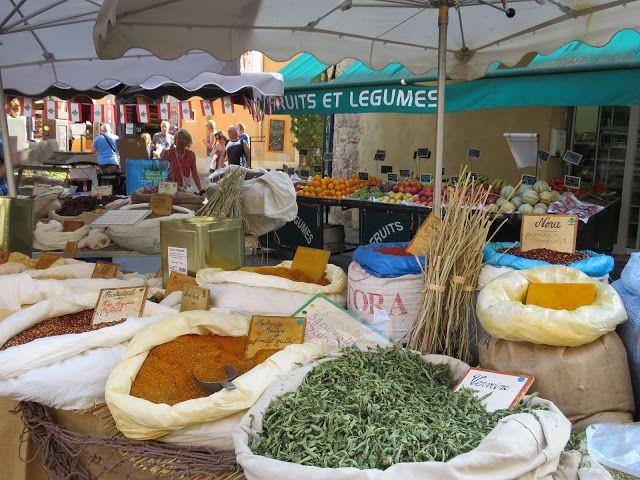 Her er jeg på matmarked i Sainte Maxime på den franske riviera - kan du kjenne duften?