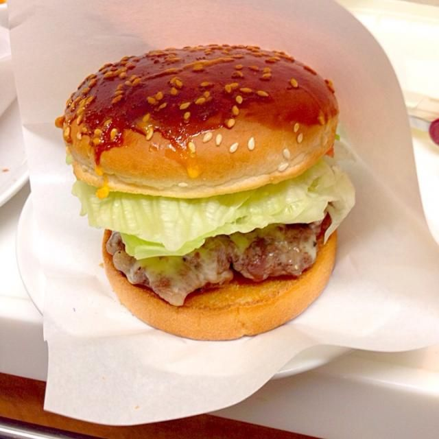 前から欲しかった、食べるときにバーガー入れる袋を手に入れたので、今回は和牛切り落とし肉で作ってみた。 - 31件のもぐもぐ - ホームメードバーガー(肉にくしいパテバージョン) by zygosys