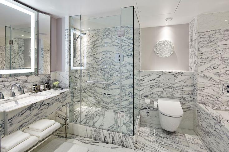 Banheiro glamuroso ao estilo Townhouse Britânico em Londres. Mármore cria uma padronagem incrível, ferragens da marca Grohe