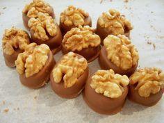 Walnuss - Marzipan - Pralinen: Helle oder dunkle Schokolade, je nach Geschmack kann man es jetzt selbst entscheiden!