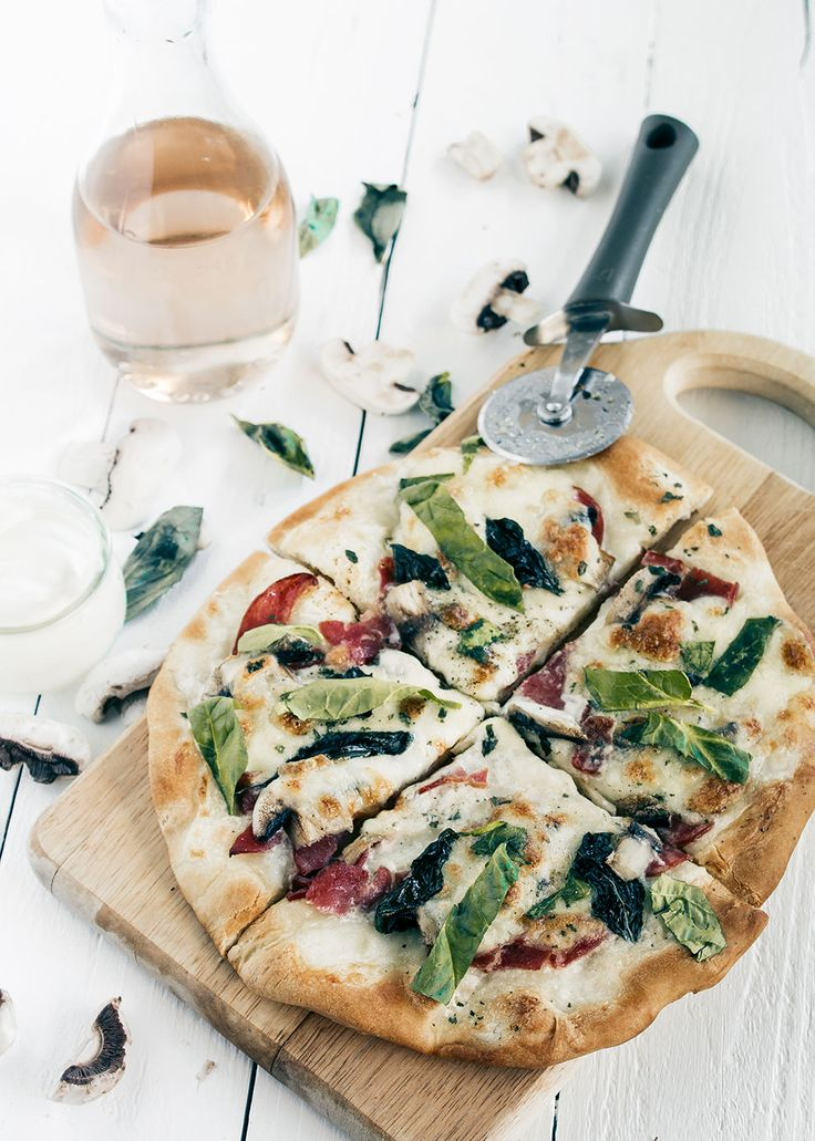 Pizza blanca de tocino y champiñones