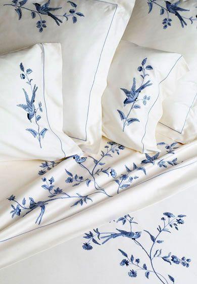 Motifs bleus sur coton blanc