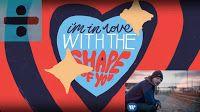 Il 26-enne cantautore inglese Ed Sheeran un po' anti.divo ma un vero fenomeno della musica pop con numeri da record in continua crescita. In questo articolo testo e traduzione del suo brano Shape of You.