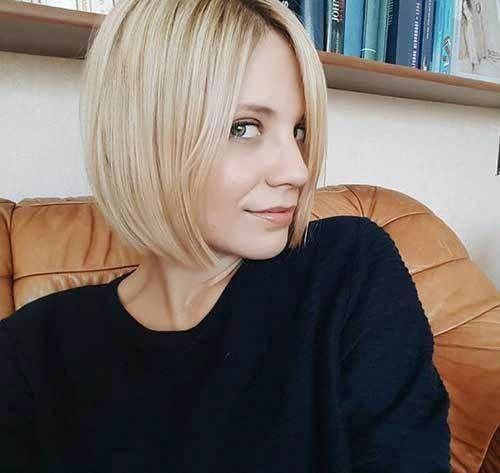 Blunt-Blonde-Bob-Haircut Latest Short Hairstyles for An Amazing Look #blondeBob #choppybobhairstyles