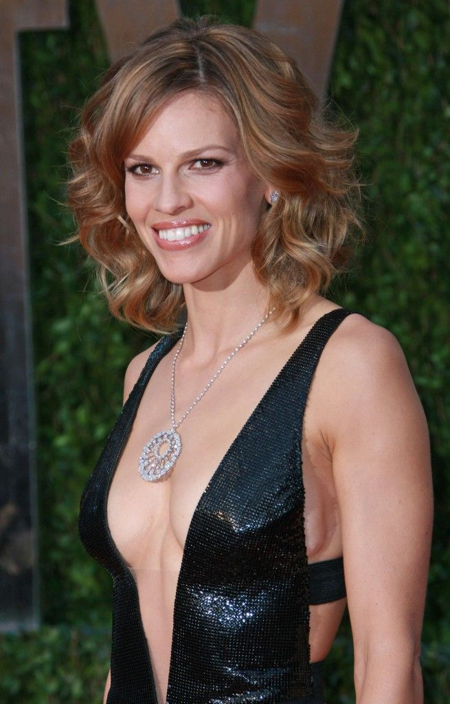 Hilary Swank wearing a shoulder length layered hairstyle at the 82nd Annual Academy Awards