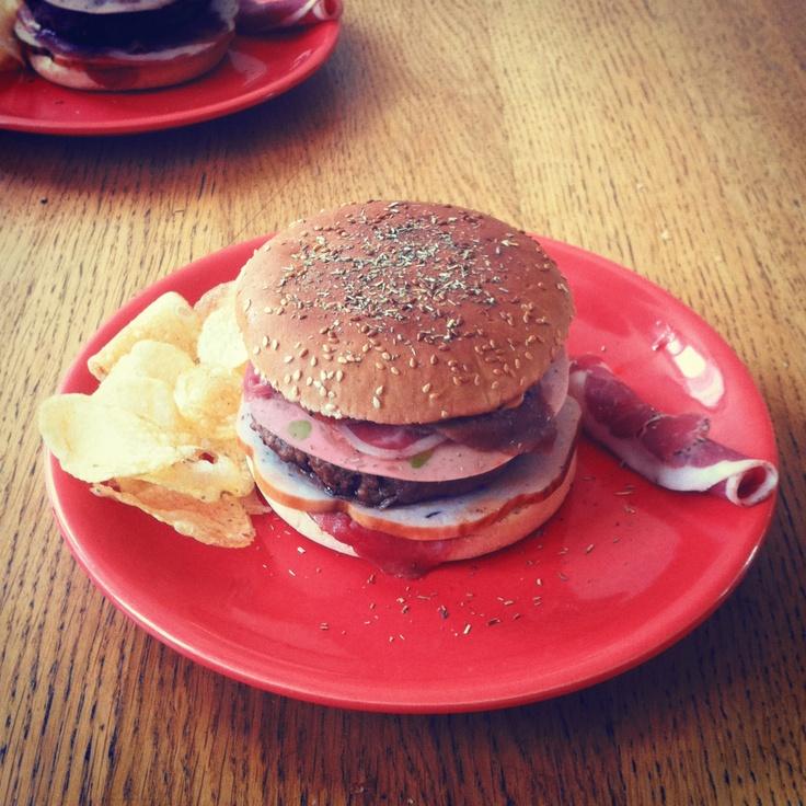 All you can mEAT burger. Steak de bœuf à la chair de saucisse. Carpaccio de bœuf. Dinde en tranche. Pancetta. Mortadelle. Chips au bacon. Herbes de Provence. Sauce barbecue. Mmmmm Charal!