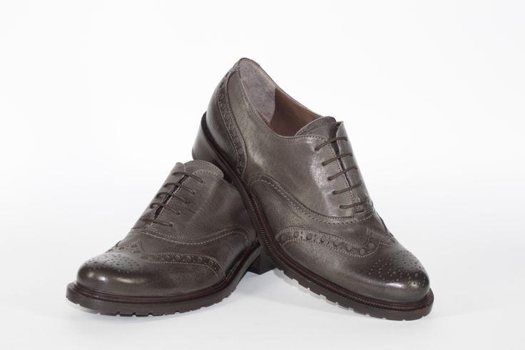 Daniele Tucci Shoes propone una Vasta Gamma di Colori per il Modello di Francesina Bassa. Calzature comode, con i lacci, un must have della stagione moda A/I 2013-2014. Color Grigio, Fondo Roccia