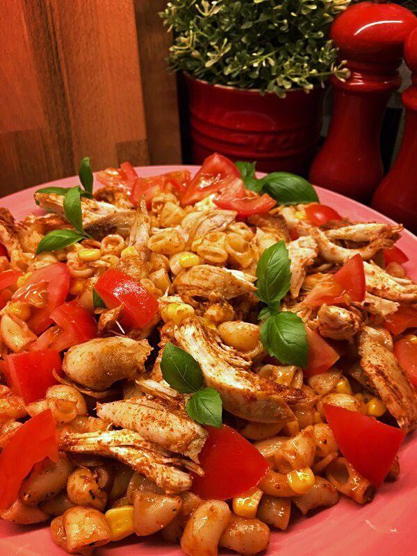 Kycklingsallad med kryddiga makaroner