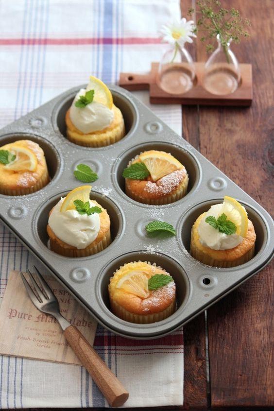 爽やかなレモン風味の夏のシフォンケーキ。卵使い切りの配合で、マフィン型で小さく焼くので作りやすい! 冷やして食べるのもオススメです。