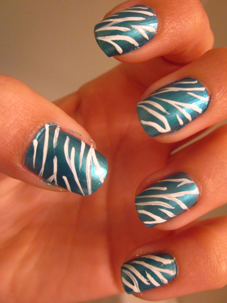 I can never get tired of zebra nails