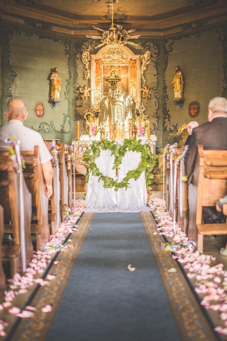 Dekoracje kościoła. Krzesła Pary Młodej / church decoration #decoration #wedding #flowers #rustic  #church #green