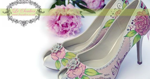 Különleges esküvői cipők a nevetekkel