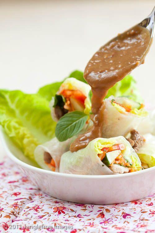 vietnamese springrolls met kip, paprika, komkommer, wortel en pindadressing