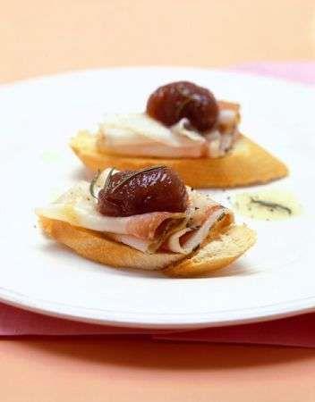 Oggi vi presentiamo una sfiziosa ricetta per preparare i crostini con lardo e castagne, un antipasto buono, semplice e perfetto per la stagione fredda dato che useremo anche il lardo che è molto calorico.