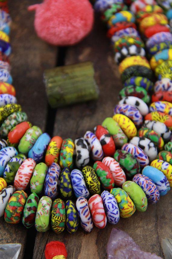 Multi colore mosaico collato Ghana African Glass Rondelle perline 14x6mm, 100 perline, Boho tribali gioielli fare rifornimento, grande foro perline  Super-divertente, colorate e luminose, queste perle sono realizzate in Ghana da collato vetro. Si tratta di un nuovo stile, e la cosa divertente sono! Amo laudacia di loro, e hanno una grande forma e un buco grande! Questi sarebbe grandi per la tesatura su pelle o altri cavi.  Tale una forma grande rondelle che è leggermente imperfetta, che si…