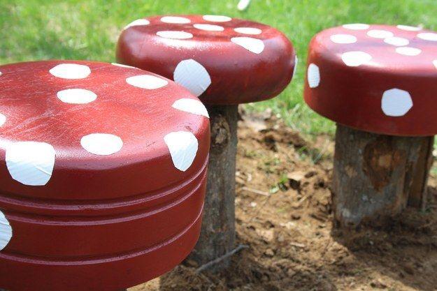 Faça bancos em formato de cogumelo usando toras de madeira e saladeiras de madeira reaproveitadas (!!!!). | 51 soluções econômicas e geniais que você pode fazer em seu quintal