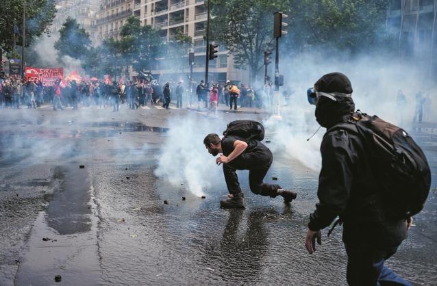 """Des casseurs lors de la manifestation du 14 juin. Vingt-neuf blessés chez les forces de l'ordre. Photo © SIPA Coulisses. Interpellés en """"flagrant délit de violence sur les forces de l'ordre"""", mardi 14 juin à l'issue de la manifestation contre la loi El..."""
