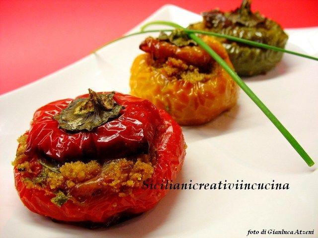 Un classico della cucina siciliana: peperoni ripieni, che noi chiamiamo 'peperoni abbottonati'. Una ricetta tutta vegetariana ma ricca di sapore, che amo preparare con i peperoni piccol…