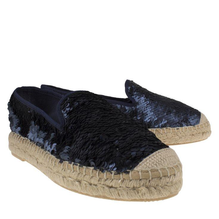 Kanna KV6064 blauw espadrille slip on met pailletten  Espadrilles van het merk Kanna KV6064 lepisma azul. Deze blauwe instappers zijn gemaakt van leer met prachtige pailletten eroverheen wat zorgt voor een echte eyecatcher. Deze Kanna schoenen hebben een binnenvoering met textiel en de binnenzool bevat een zacht laagje foom voor extra comfort. Deze Spaanse espadrille heeft een buitenzool bekleed met jute wat een ambachtelijke uitstraling geeft. Deze musthaves zijn perfect voor tijdens de…