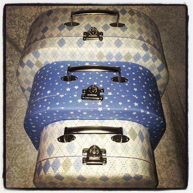 Trio de maletas em cartonagem.