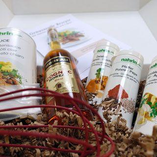 Geschenkidee für Hobbyköche und solche die es werden wollen. Feines Set mit Basissauce, Gewürzen, Cognac und ein paar entsprechenden Rezepten.  http://www.nahrin.ch/de/kuechenprodukte/gourmet