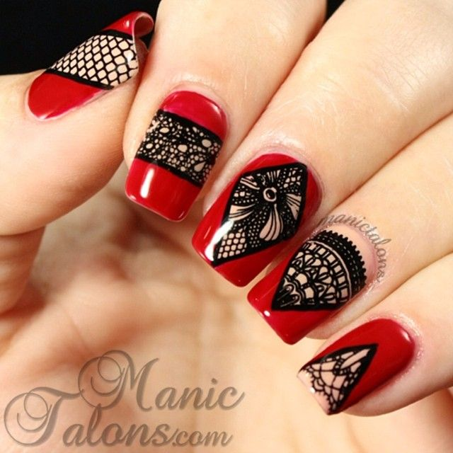 We're loving these geometric lace nails by @manictalons ❤️