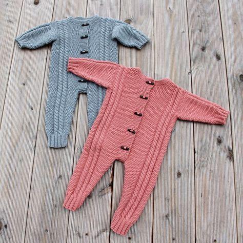 Iiiiih dog!! Ganske gratis babyopskrift på en køredragt til str. 3 og 6 måneder strikket i Cosy fra Go Handmade.