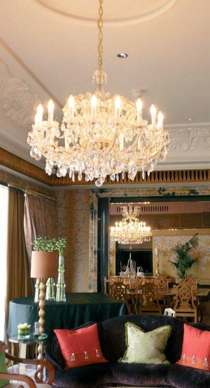 Королевская люстра в интерьере гостиной http://www.lustra-market.ru/blog/korolevskaya-lyustra-v-interere-gostinoj/  Чудесная люстра с хрустальными подвесками сияет, словно старинный подвесной канделябр на тысячу свечей! Под такой люстрой каждый почувствует себя королём!