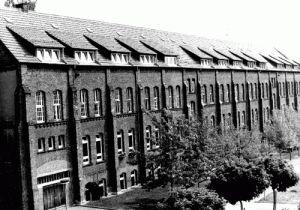 Im April 1933, also bereits bald nach der Machtübergabe an die Nationalsozialisten, wurde im ehemaligen 'Arbeitshaus' von Moringen, in Niedersachsen, ein Konzentrationslager eingerichtet. Die ersten Häftlinge waren vorwiegend Kommunisten, Sozialdemokraten und Zeugen Jehovas. Die Dorfpresse vermeldet